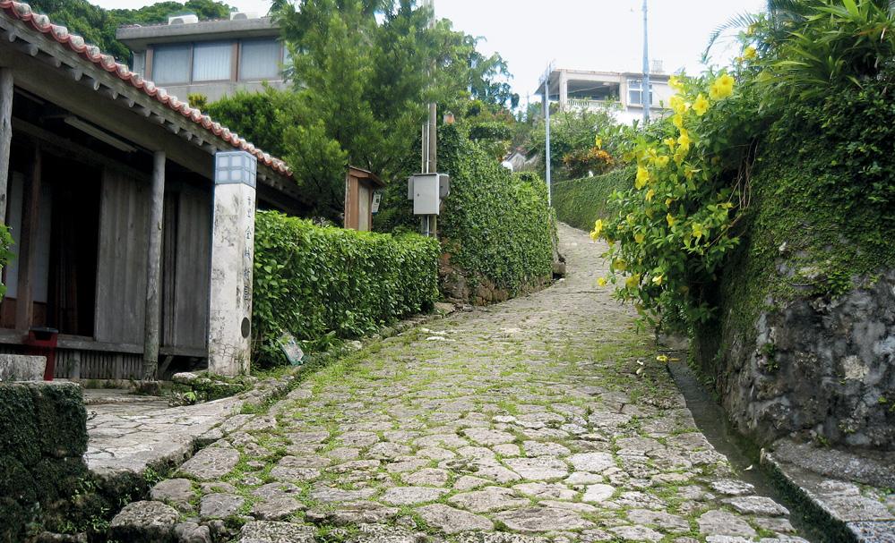 緩やかなカーブを持つ金城の石畳道 ■ 緩やかなカーブを持つ金城の石畳道 琉球王国時代に造られた石